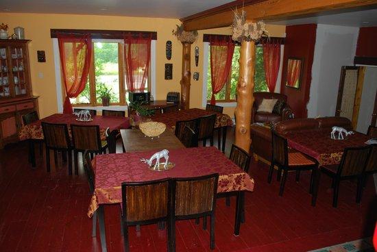 Au Gite du Cerf Argente : Salle à manger avec tables séparées qui préservent l'intimité