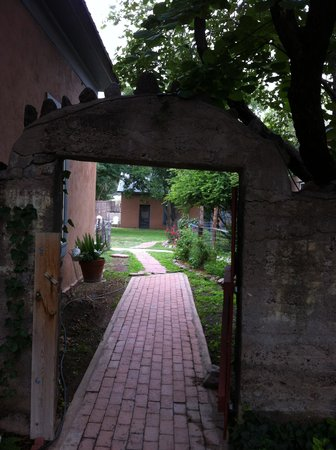 VERANDA HISTORIC INN: Courtyard