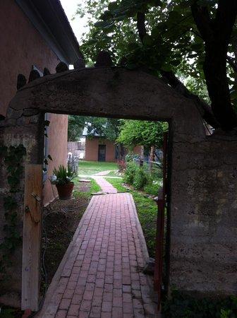 VERANDA HISTORIC INN: Courtyard