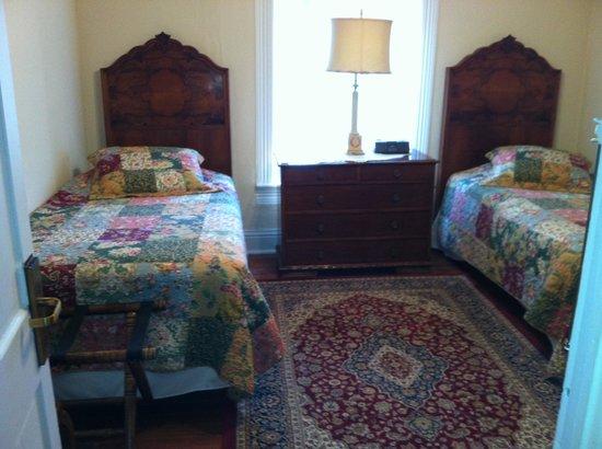 VERANDA HISTORIC INN: Bedroom - two twins