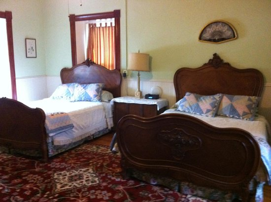 VERANDA HISTORIC INN: Bedroom - two queens