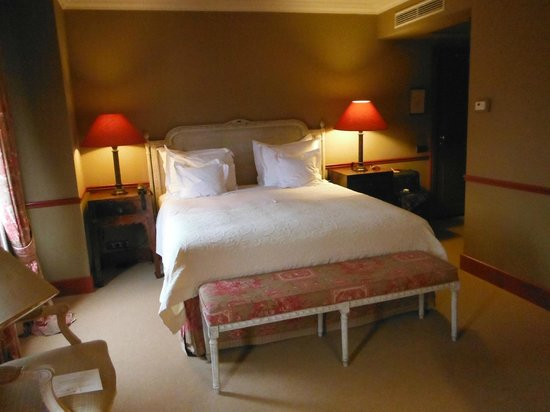 Paleis Hotel: Large, comfy bed and top notch bedding