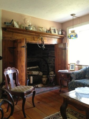 Frog Hollow Farm Bed & Breakfast: Beautiful fireplace