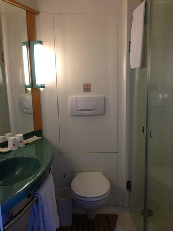 Hotel Ibis Shanghai Lianyang: all in one IBIS plastic toilet