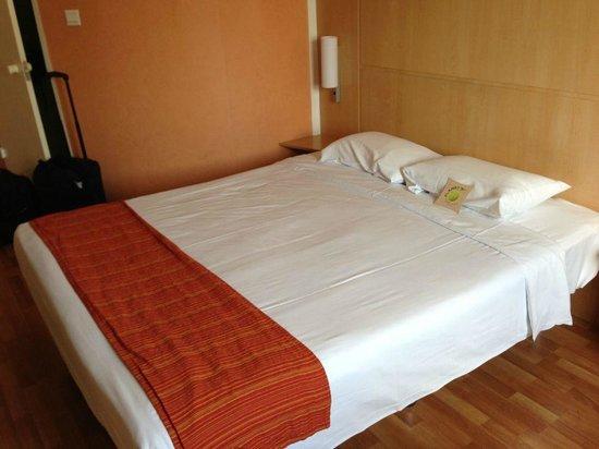 Hotel Ibis Shanghai Lianyang: comfy no frills bed