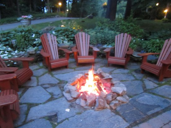 Sherwood Inn: Relax by the firepit