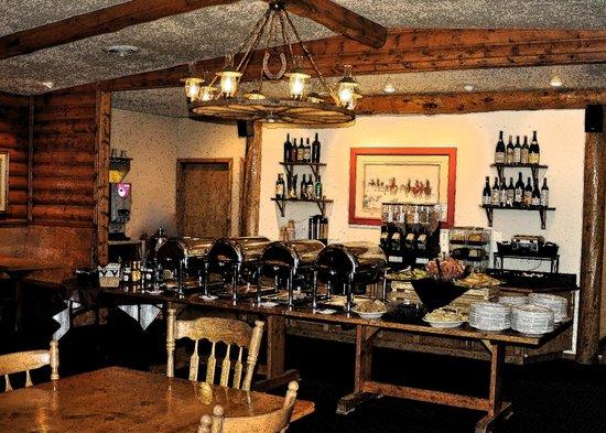 Buck's T-4 Lodge: Breakfast Bar