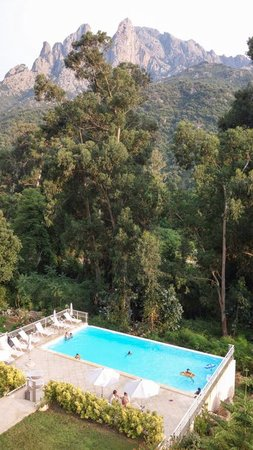 Hotel et Residence Costa Rossa : Pool with mountain backdrop