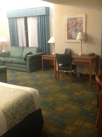 Days Inn & Suites Huntsville: Sofa bed and work desk