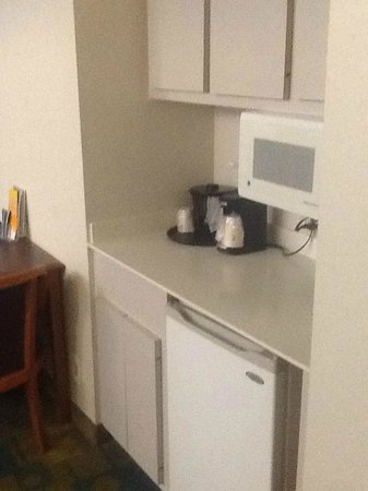 Days Inn & Suites Huntsville: Microwave and small fridge