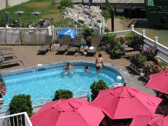 Chippewa Hotel Waterfront: Hot tub