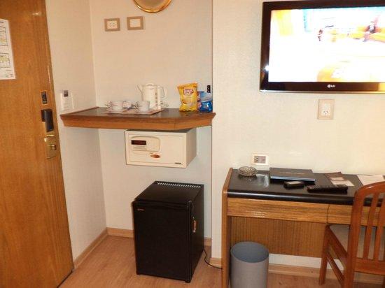 Hotel Solans Riviera: caja fuerte, hervidor electrico y frigobar
