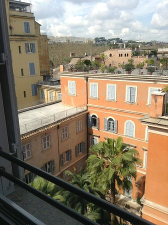 Hotel Ponte Sisto: courtyard that rooms look onto