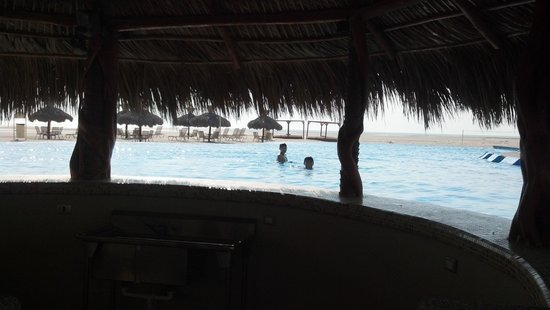Laguna Shores Resort: View from poolside bar. never enough people to open the bar :( Doesnt sppear it has ever been op