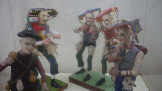 Popular Art Museum: Estatuillas de bailarines con trajes típicos
