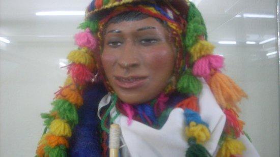Popular Art Museum: Escultura de lugareño con traje típico
