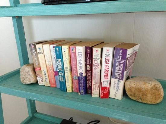 East Deck Motel Family Resort : cute bookshelf