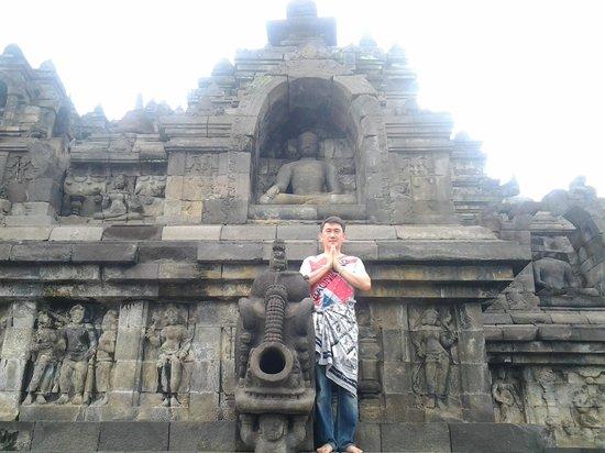 Candi Borobudur: Tampak salah satu patung buddha posisi duduk