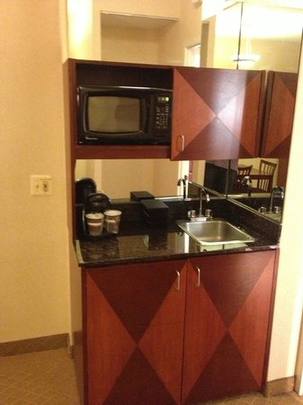 Embassy Suites by Hilton Detroit Southfield: Wet Bar space