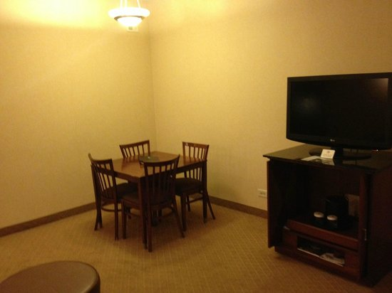 Embassy Suites by Hilton Detroit Southfield: Dining Area in Living Room