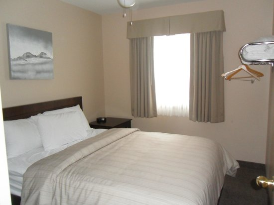 Days Inn Golden: One of the bedrooms in the 2 bedroom suite