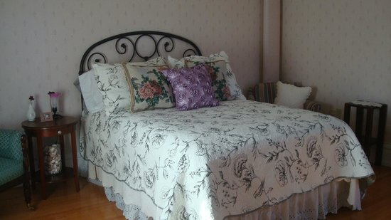 Maple Harris Guest House: The beautiful Burgundy room, offers a double bed. $100.00 a night