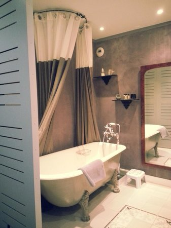 La Maison de Claire: Eugénie Room's bathtub, with the paneling that block the view of the bathtub from the bedroom