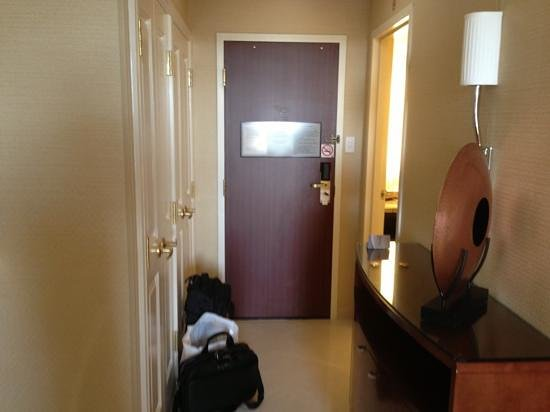 Toronto Airport Marriott Hotel: hallway with entrance to bathroom