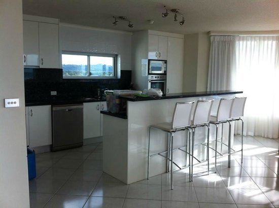 Chateau Royale Beach Resort: Spacious kitchen