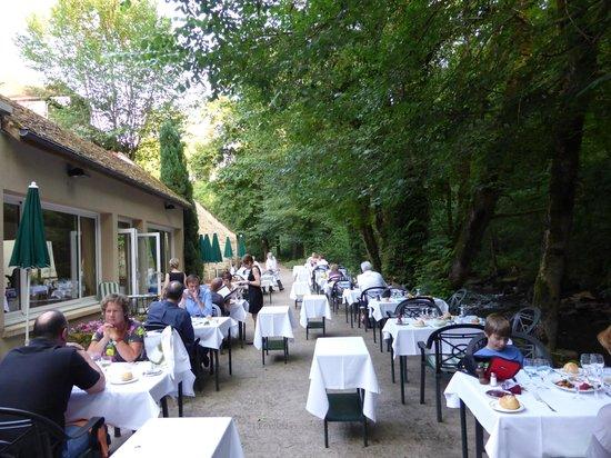 Moulin des Ruats : terrasse en bord de la riviere le cousin