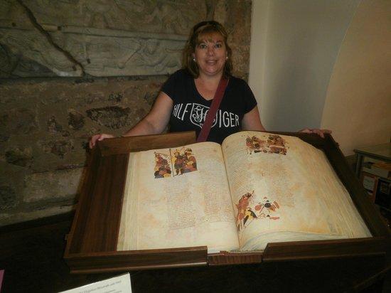 Basílica de San Isidoro y Panteón Real: facsimil de codice antiguo