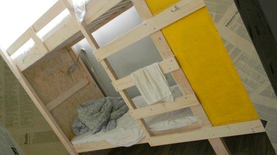 Fabrika Hostel: camas nuevas