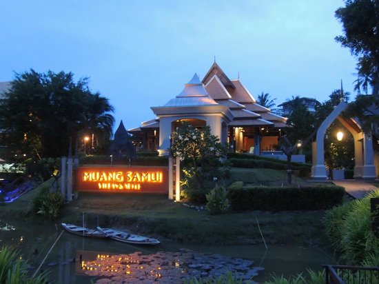 Royal Muang Samui Villas: Hotel Frontage at Dusk