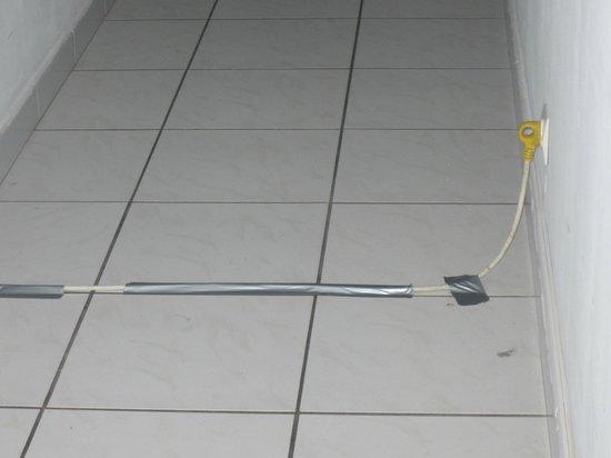 Hotel Acapella : le fil  électrique devant notre entrée