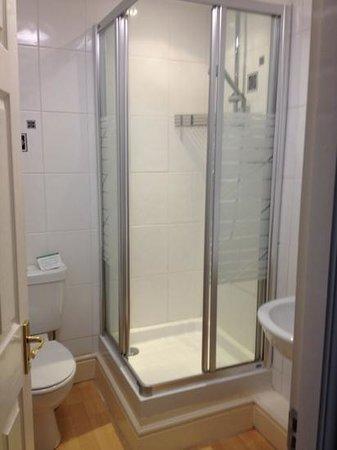 Crown Hotel: nice clean shower in room n.10