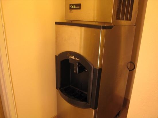 Monarch Hotel and Conference Center : first floor ice machine