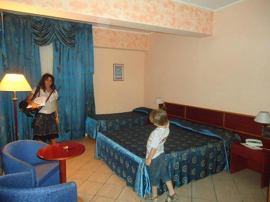 Assinos Palace Hotel : Habitación triple