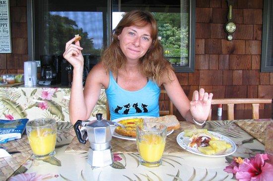 Hale Maluhia Country Inn: Tavoli della colazione all'aperto