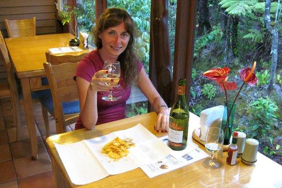 Volcano Inn Cottages: Vetrata sulla foresta in zona colazione o aperitivo
