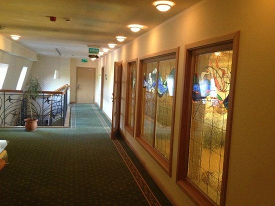 Hotel Habenda: korytarz - z boku sala śniadaniowa