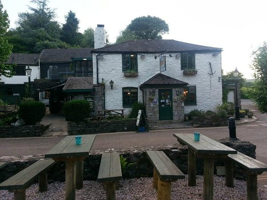 Waterman's Arms: View from the riverbank, looking back at the main entrance