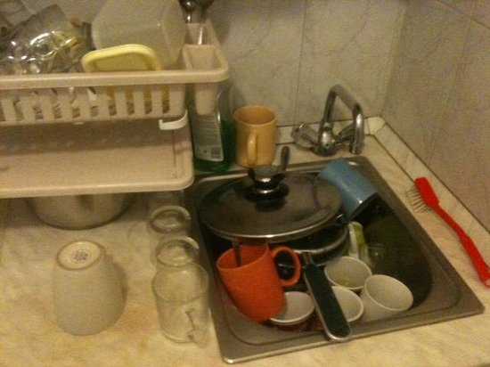 Home Plus Hostel : Kitchen sink at 930am on a Saturday.