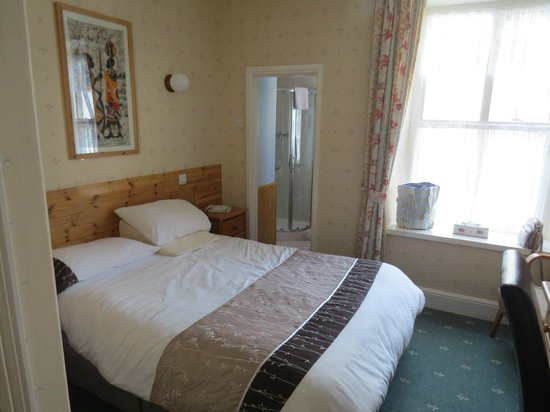 Glyn Garth Guest House: Bedroom and a step down to en-suite beyond