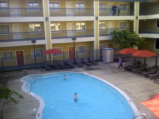 Quality Suites : Swimming-pool