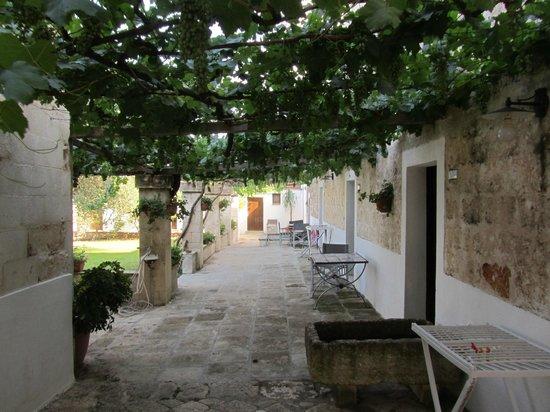 Agriturismo Casa Porcara: il porticato della masseria