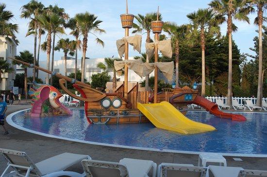 Hipotels Mediterraneo Club : Piscina con giochi