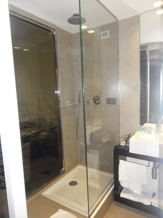 Antony Hotel: Modern and beautiful bathroom