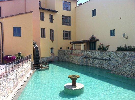 Hotel Mulino di Firenze: The pool and water mill