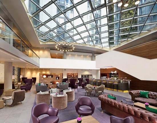 DoubleTree by Hilton Hotel London -Tower of London : Hotel Lobby Bar under glass atrium roof