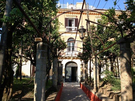 The Secret Garden Relais: Ingresso del palazzo padronale in cui è ubicato il Relais